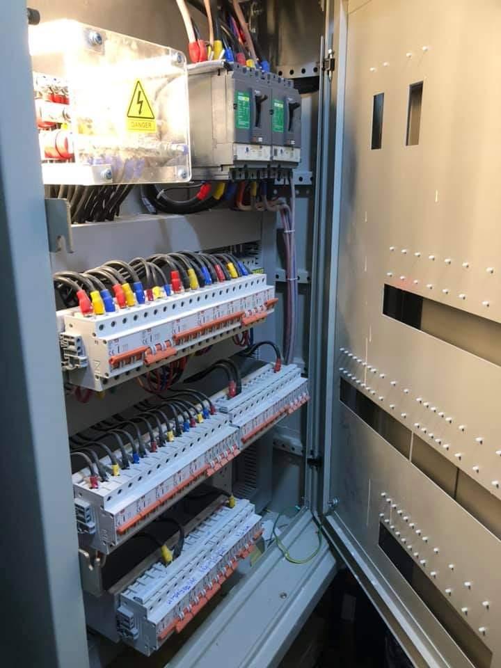 Thợ đấu nối tủ điện công nghiệp
