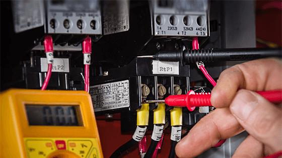 Thợ kiểm tra tủ điện, đo thông mạch