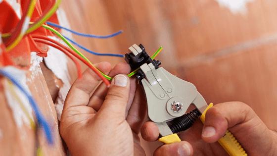 Thợ lắp đặt thiết bị điện dân dụng